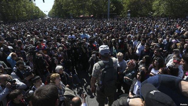 Лидер оппозиции Никол Пашинян (спиной) обращается к сторонникам перед походом к парламенту