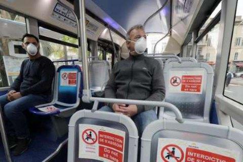 Во Франции медики призывают избегать разговоров в автобусах и метро