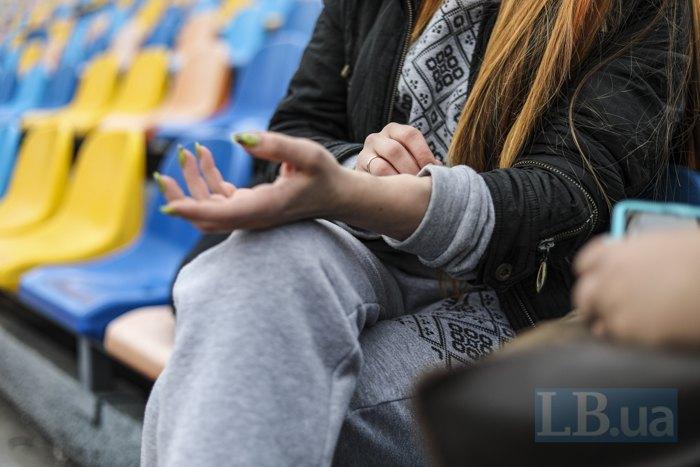Станіслава показує артеріальні шунти, які лишаються на руці після діалізу
