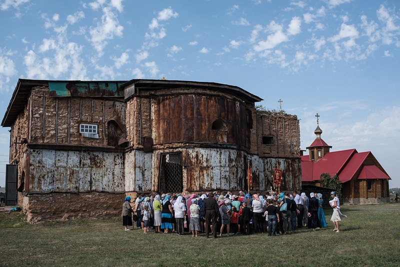 Крестный ход вокруг старой церкви Рождества Богородицы. Она была построена в 1772 году по инициативе кошевого атамана Запорожской Сечи П. Калнышевского, которого считают основателем Петриковки. Сейчас церковь находится в запустении.