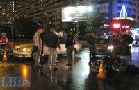 В Киеве таксист сбил мотороллер
