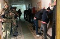 """Бізнесмен, який перебуває в розшуку, з """"тітушками"""" напав на офіс Служби автодоріг в Одесі"""