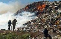 В Житомирской области спасатели вторые сутки тушат пожар на свалке