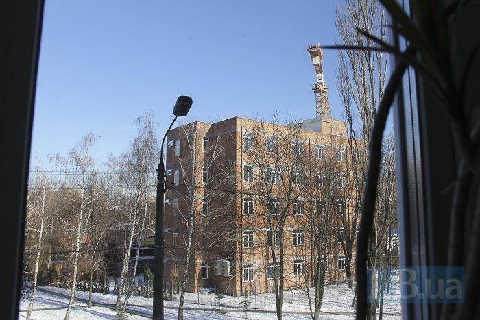 Навпроти гімназії розгортається будівництво