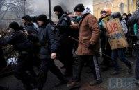Около 10 ВВшников сдались в руки Майдана