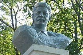 Пам'ятник вбивці над могилами жертв?