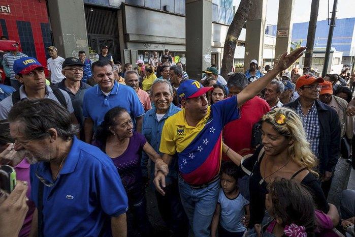 Кандидат в президенты от оппозиции Анри Фалькон приветствует сторонников во время предвыборного мероприятия в Каракасе, Венесуэла, 02 апреля 2018.