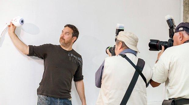 Валерій Губарєв в майстерні Коло спілкування демонструє свою роботу