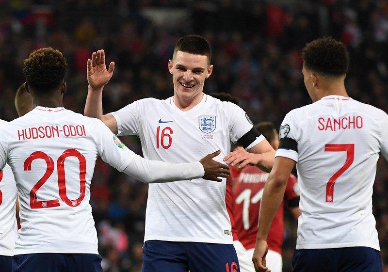Джейдон Санчо, а также еще один дебютант сборной Англии - Деклан Райс поздравляют Хадсона-Одои с отличным дебютом