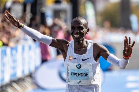 Кениец Элиуд Кипчоге установил новый мировой рекорд в марафоне