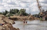 Депутата місцевої ради запідозрили в незаконному видобутку і продажу піску з київського озера