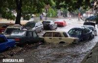 В Одессе поток воды во время ливня снес десяток машин и разворотил коллектор