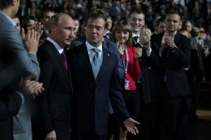 Медведев выдвинул Путина в президенты, а Путин его – в премьеры