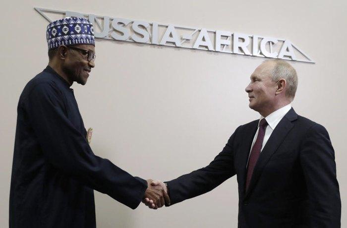 Президент РФ Владимир Путин приветствует и президент Нигерии Мухаммаду Бухари во время российско-африканского саммита и экономического форума в Сочи