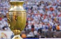 На Копа Америка футболіст збірної Чилі підніжкою допоміг стюардам затримати фаната, який вибіг на поле