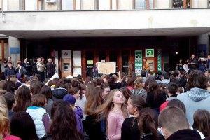 В Ужгороде школьники и их родители протестуют против отмены осенних каникул