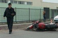 На околиці Києва мотоцикліст врізався в ліхтарний стовп