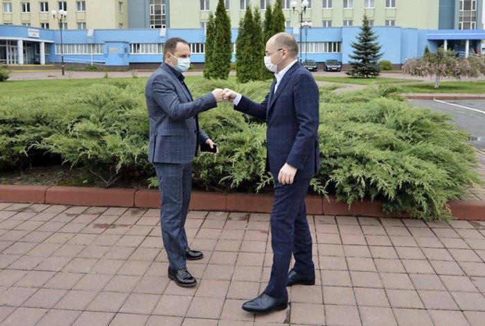 Роман Боднар та міністр охорони здоров'я Максим Степанов під час візиту міністра на Черкащину, 1 травня 2020
