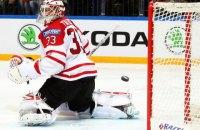 Рідкісний випадок: у матчі НХЛ шайба застрягла в масці воротаря після потужного кидка суперника