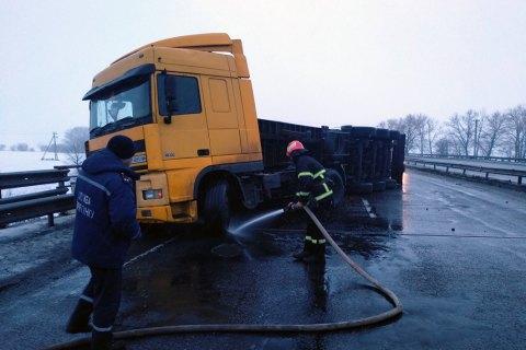 На Одесской трассе перевернулся грузовик с кукурузой, движение ограничено