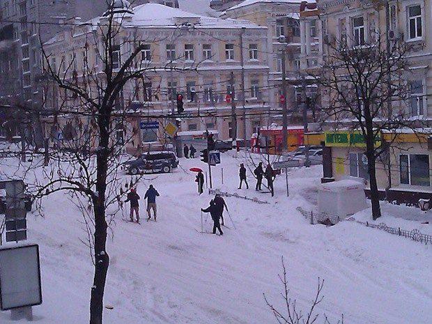 Киев, улица Коминтерна, суббота 23 марта. Киевляне встали на лыжи
