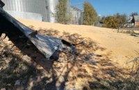 Под Сумами из-за разрыва элеватора на улицу высыпалось 10 тыс. тонн кукурузы