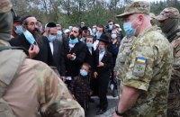 Глава МВС Ізраїлю попросив Зеленського пропустити в Україну хасидів, які застрягли на кордоні з Білоруссю