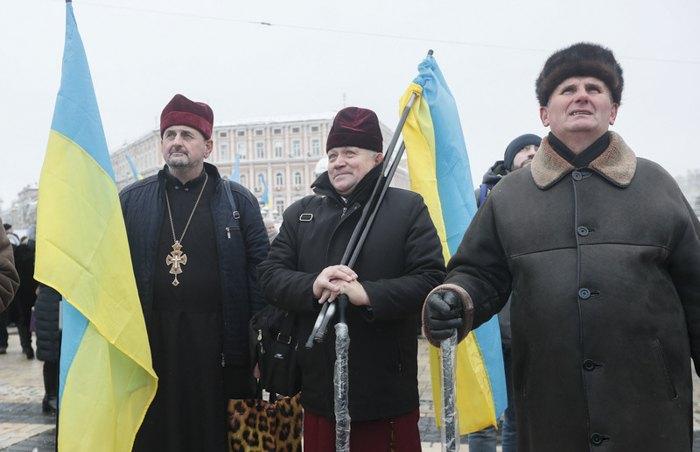Люди собрались на Софийской площади день Объединительного Собора в Киеве, 15 декабря 2018