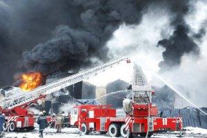 На нафтобазі під Києвом продовжують горіти три цистерни