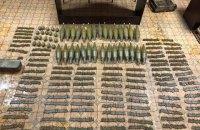 У нежилому будинку в Торецьку знайшли схрон з 50 гранатами і близько 1000 патронів