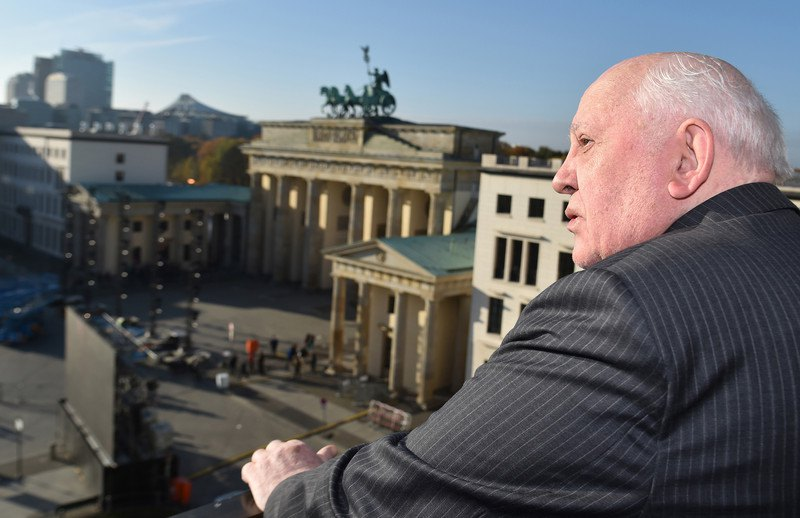 Михайло Горбачов споглядає Паризьку площу та Бранденбурзькі ворота, Берлін, 8 листопада 2014.
