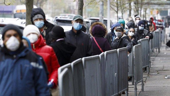 Безработные американцы стоят в очереди за социальным поcобием, Нью-Йорк