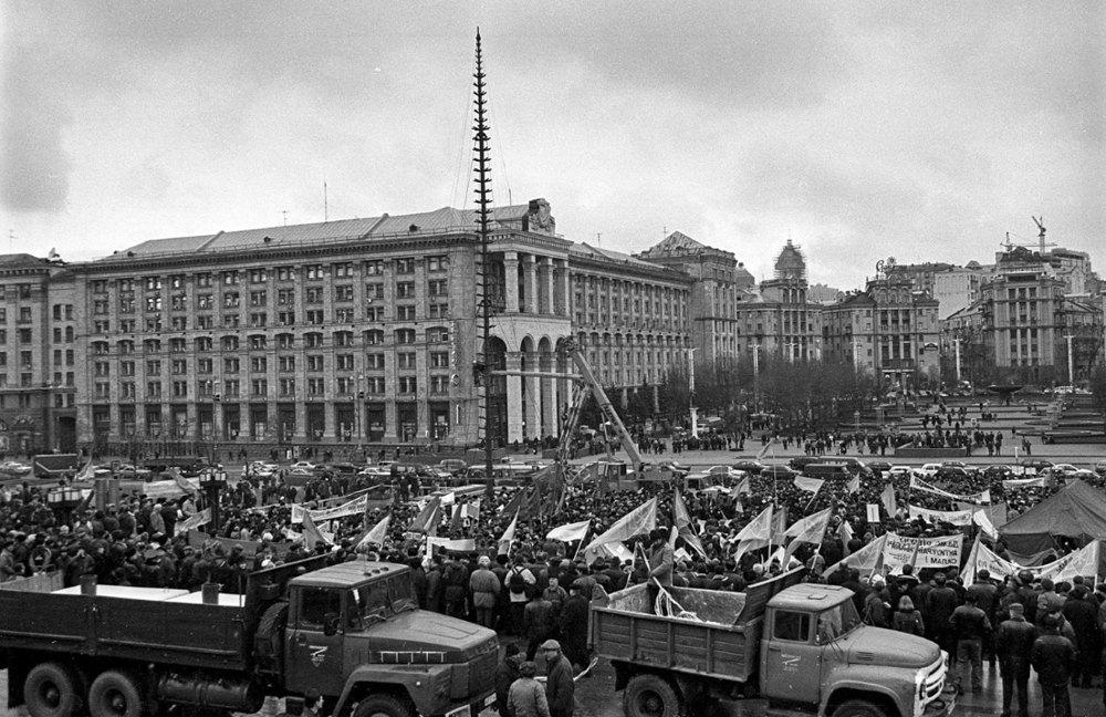 Учасники акції «Україна без Кучми» розгортають наметове містечко на майдані Незалежності. 15 грудня 2000 року.