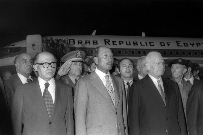 Президент Египта Анвар Садат (в центре) на летном поле аэропорта им. Бен-Гуриона. Слева — премьер-министр Израиля Менахем Бегин, справа — президент Эфраим Кацир, 19 ноября 1977 г.