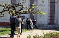 В Одесі затримали літню жінку, яка на мітингу 1 травня відбивалася від поліцейських палицею