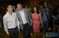 Яценюк, Порошенко и братья Кличко стояли в очереди, чтобы проголосовать
