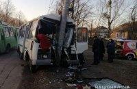 У Житомирській області пасажирський автобус врізався у стовп, загинула одна людина