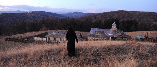Кадр из фильма По ту сторону холмов