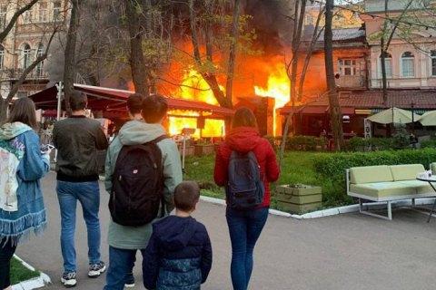 В Одессе горит здание ресторана и отеля