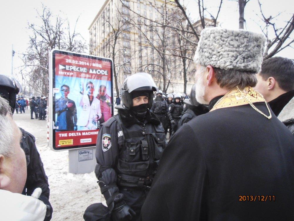 Владика Борис спілкується з правоохоронцем під час подій на Майдані, 11 грудня 2013