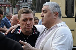Тимошенко и Луценко доставили в суд еще до 7 утра в одном автозаке