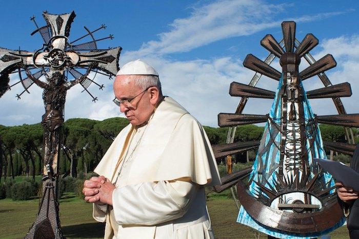 Франциск I рядом со скульптурами Алехандро Мармо «Христос-рабочий» и «Богоматерь Лухана» в летней резиденции Папы в Кастель-Гандольфо