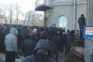 У Чернігові під облдержадміністрацією демонстранти звели барикади