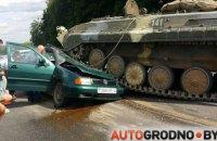 В Беларуси БМП раздавил легковой автомобиль, водитель чудом выжил