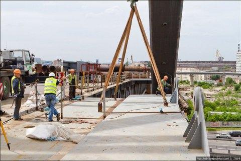 На Подольском мосту в Киеве начали монтировать тротуарные консоли
