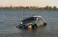 На Оболони утонул джип
