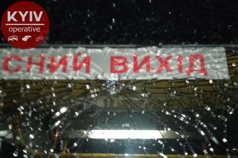 У Києві на проспекті Свободи вандали пошкодили тролейбус