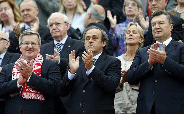 Президент Польши Бронислав Коморовский, президент УЕФА Мишель Платини и Президент Украины Виктор Янукович во время открытия футбольного чемпионата