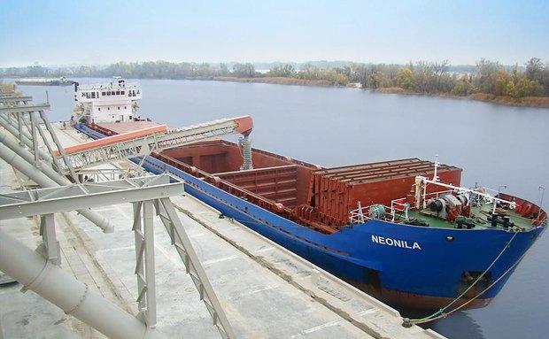 Світловодський зерно-перевантажувальний термінал на річці Дніпро.