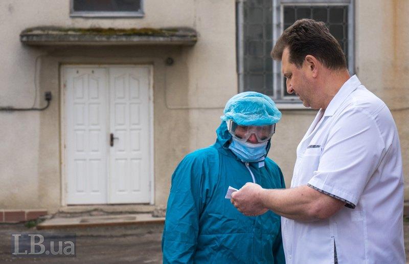 Борис Миколайович спілкується з працівником патбюро на задньому подвір'ї.